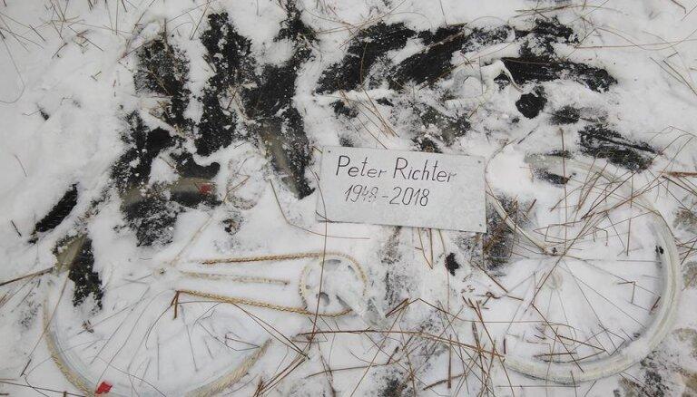Foto: Pie Tallinas šosejas uzstādītais 'piemineklis' notriektajam Aļaskas velotūristam izmests ezerā
