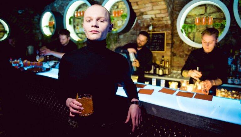 Foto: Rīgas smalkās aprindas pulcējas kokteiļu ballītē