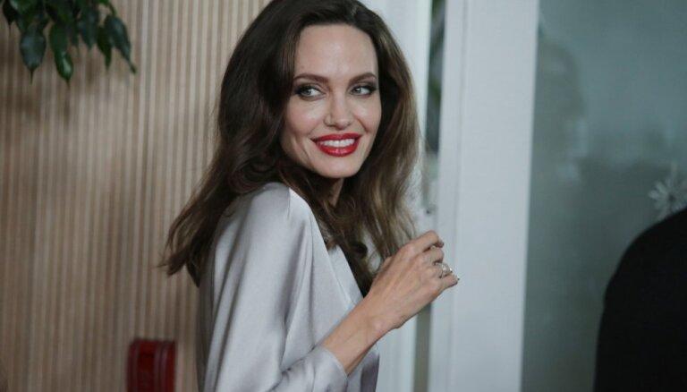 Foto: Džolija apbur ar sievišķīgu eleganci