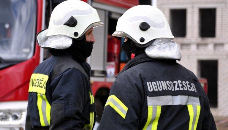 В Сигулде горел дом: во время работ по ликвидации пожара пострадал спасатель