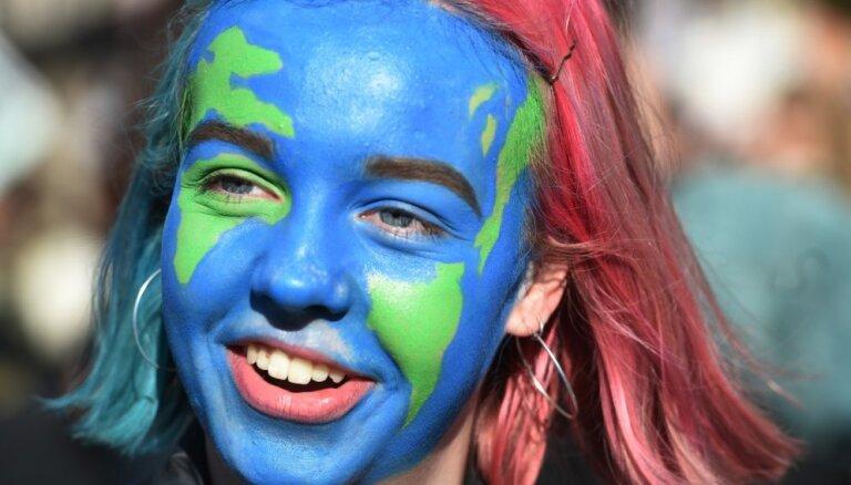 Foto: Lielbritānijā protestā skolēni pieprasa aktīvāku rīcību cīņā ar klimata izmaiņām