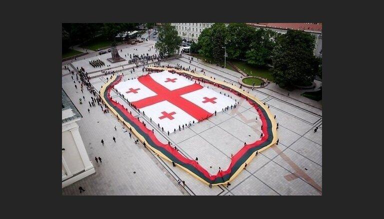 Lietuvieši Gruzijas Neatkarības dienā izklāj Viļņā milzīgu Gruzijas karogu