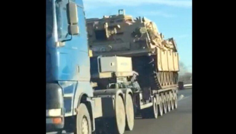 Video: Operācijas 'Atlantic Resolve' ietvaros pa Latvijas lielceļiem pārved tankus