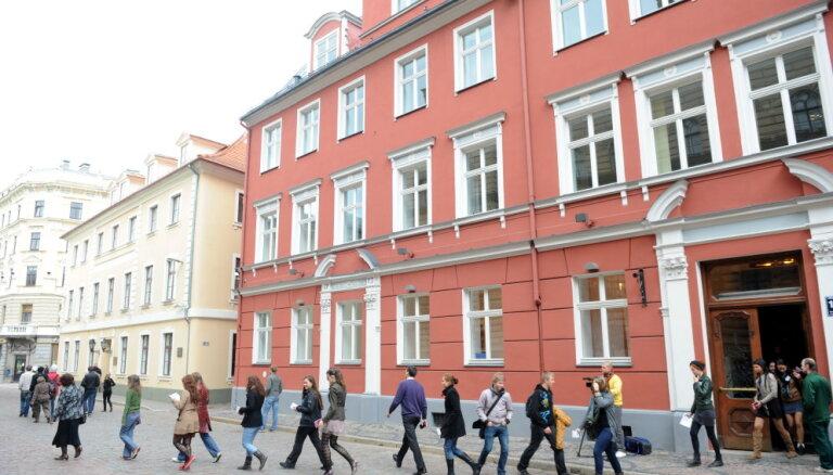 Saeimas komisija atbalsta maksu par daļas termiņuzturēšanās atļauju otrreizēju pagarināšanu