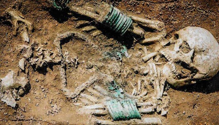 """""""Чертовы лодки"""" и скелеты без головы. Как древние жители Латвии хоронили своих мертвецов"""