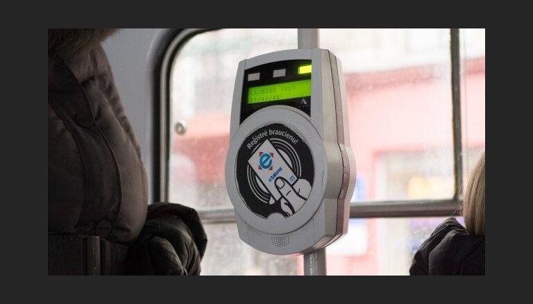 Svētku laikā Rīgā sabiedriskais transports nebūs bez maksas; izmaiņas autostāvvietu darbībā