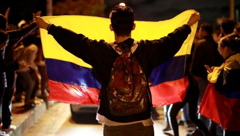 Foto: tūkstošiem cilvēku Kolumbijā protestē pret valdību