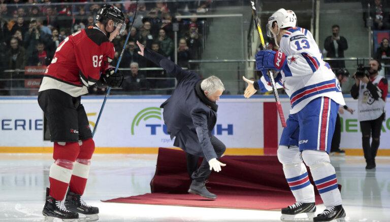 Моуринью посетил матч КХЛ в Балашихе и эпично рухнул на лед после вбрасывания