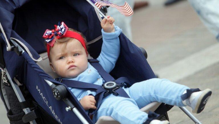 Smalkā burziņā Rīgā atzīmē ASV Neatkarības dienu