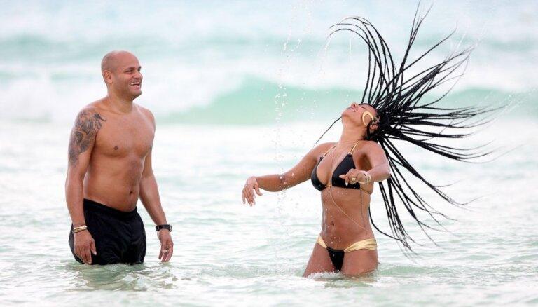 Foto: 'Spicā' Mela B ar vīru plunčājas jūriņā
