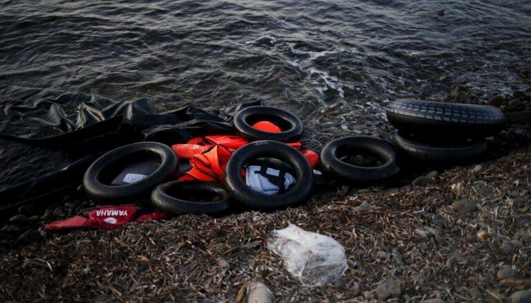 Pēc laivas nogrimšanas Vidusjūrā pazuduši 63 bēgļi