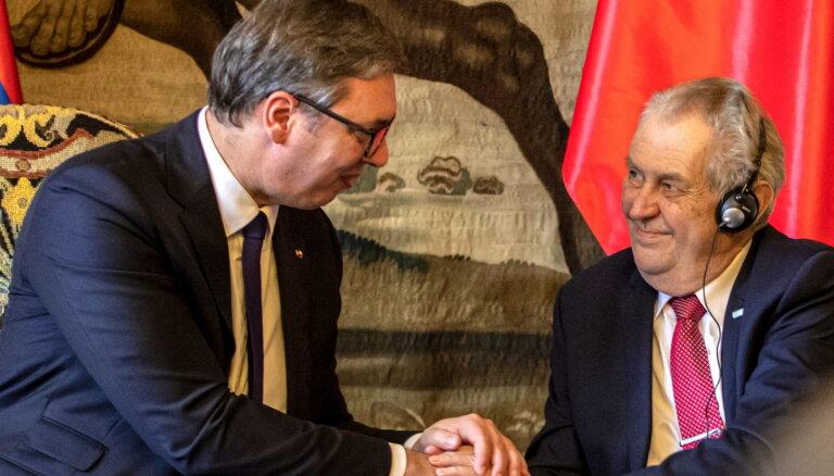 Pēc Zēmana atvainošanās Serbija lemj Čehijai dāvināt 100 000 Covid-19 pošu