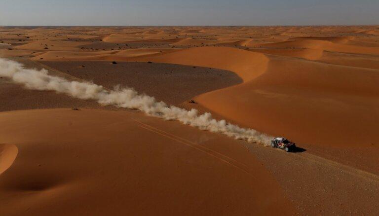 Al-Atijas un Peteransela navigācijas problēmas ļauj Sainsam atrauties Dakaras rallijreidā