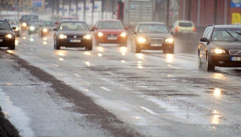 Šomēnes četrkāršojies pieteikto atlīdzību skaits par bedru izraisītiem auto bojājumiem, atklāj 'Balta'
