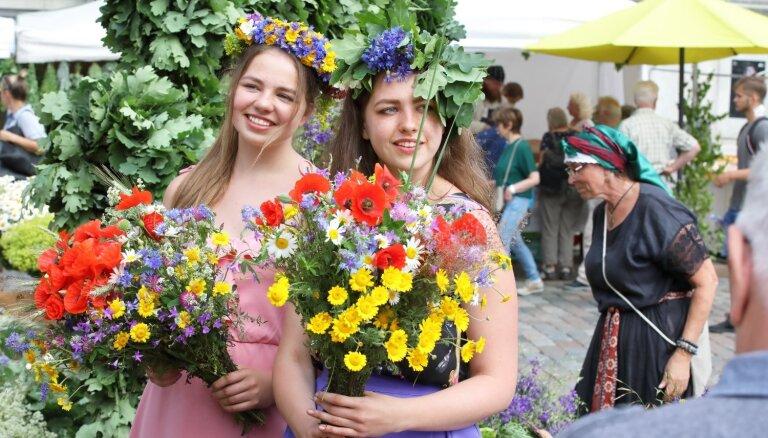 Foto: Siera rituļi, koši vainagi un ne tikai – andele Zāļu tirdziņā