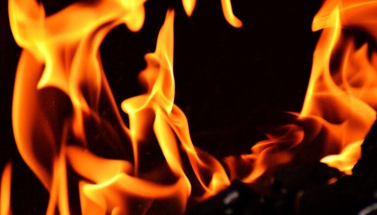 Glābēji turpina dzēst paaugstinātas bīstamības ugunsgrēku Kuldīgas novadā