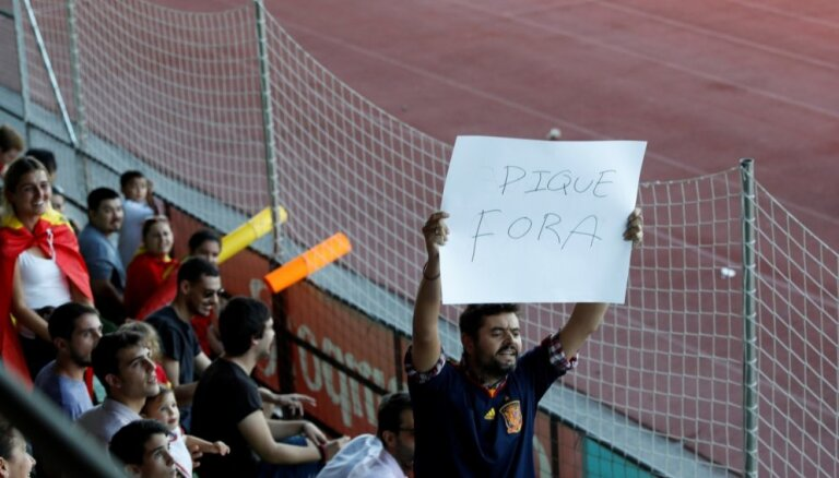 Spānijas futbola fani treniņā izsvilpj Pikē