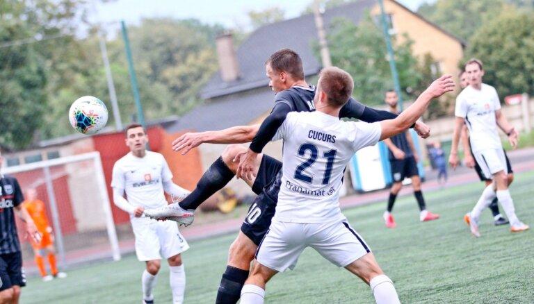 Covid-19 futbolā: 'Daugavpilij' pieteikti astoņi spēlētāji; 'Riga' laukumā sūta vārtsargu