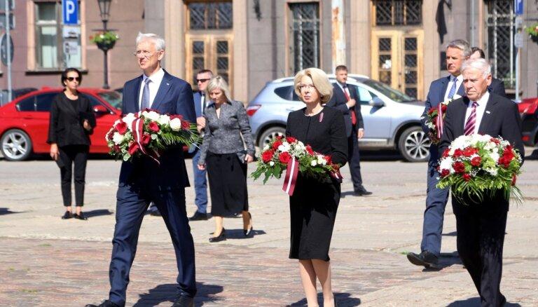 Foto: Latvijā piemin komunistiskā genocīda upurus