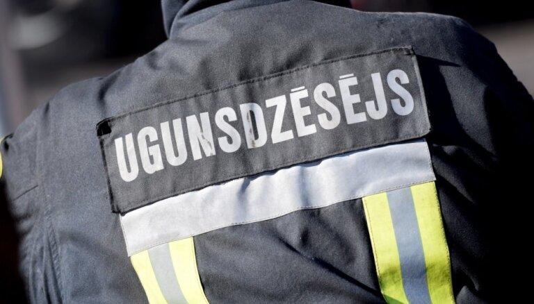 No degošas dzīvojamās mājas Ludzas novadā ugunsdzēsēji izglābj četrus cilvēkus