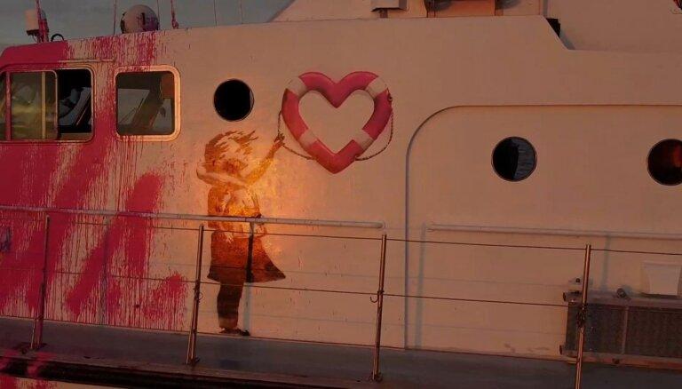 Laikraksts: Grafiti mākslinieks Benksijs finansē migrantu glābšanas kuģi