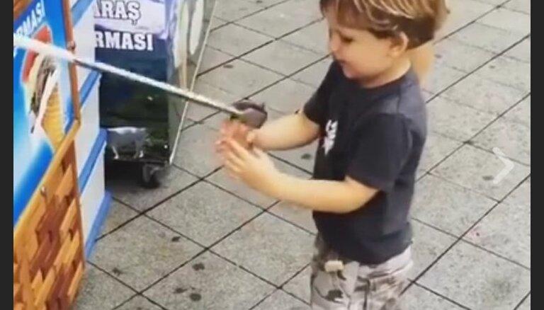 Video: Mazulis kāro saldējumu, bet pārdevējs viņu asprātīgi izjoko