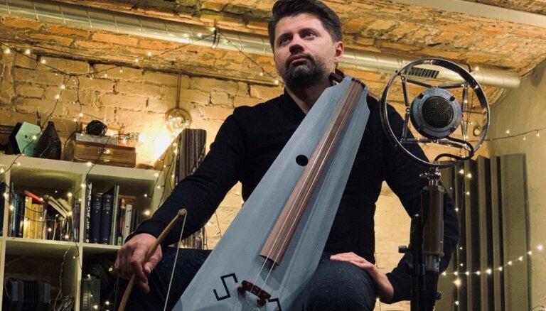 Mūziķis Kārlis Auzāns izolēšanās laikā aicina baudīt nomierinošas muzikālas improvizācijas