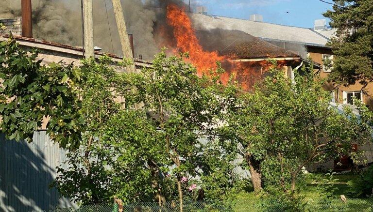 Lokalizēts ugunsgrēks Rojas autoostā (plkst. 21.05)
