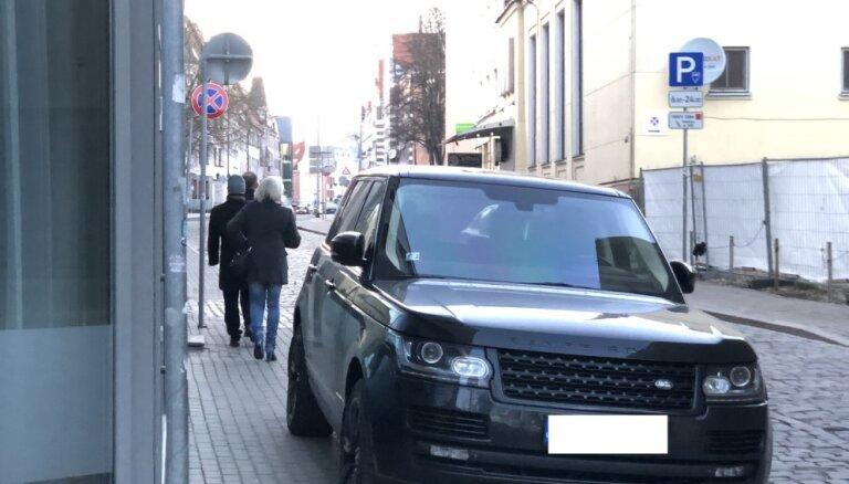 Foto: Autovadītājs Vecrīgā savu spēkratu atstājis neatļautā vietā