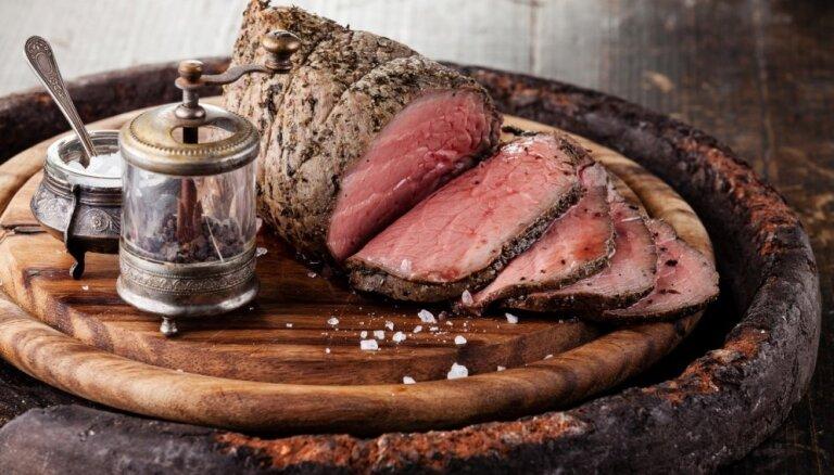 Nevainojami sulīgs rostbifs: noslēpumi, kas jāzina, gatavojot šo karaliski gardo ēdienu