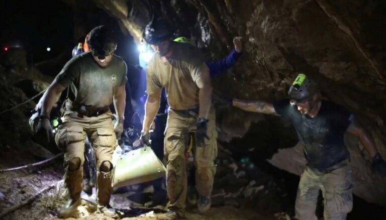 Publiskoti pirmie attēli ar Taizemē izglābtajiem zēniem un video no glābšanas