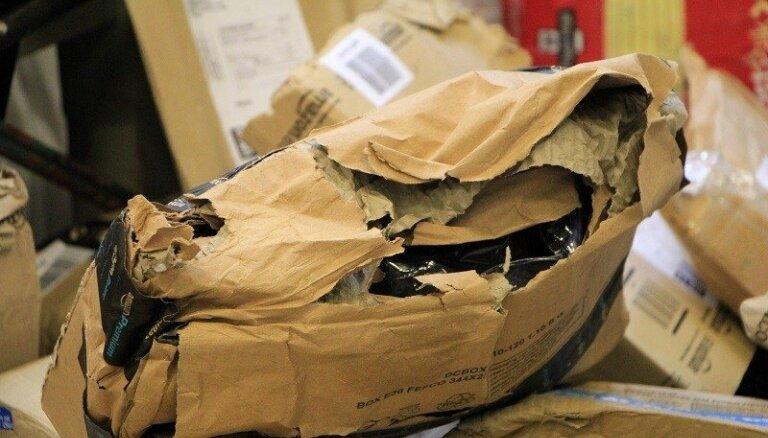 ФОТО: В Латвию из Великобритании прибыли сотни поврежденных почтовых посылок