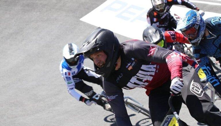 Latvijas amatieru BMX riteņbraucēji Ozoliņš un Morozs apstājas pasaules čempionāta pusfinālā