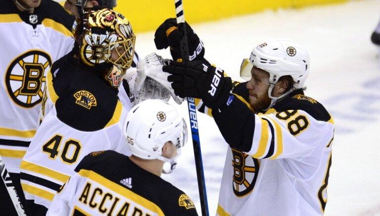 'Bruins' ar graujošu uzvaru viesos izvirzās vadībā NHL finālsērijā