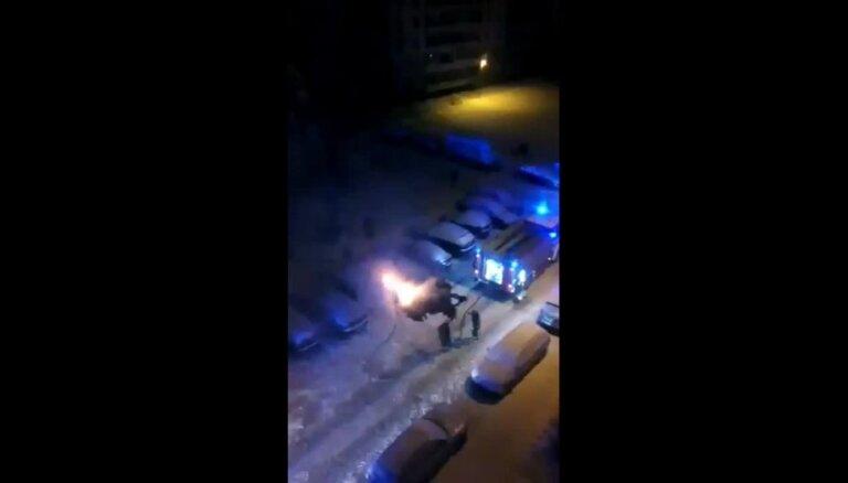 Video: Sestdienas naktī Rīgā ar atklātu liesmu dedzis auto
