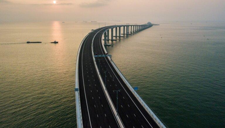 Foto: Atklāj garāko jūras tiltu pasaulē, kura celtniecība prasīja 18 dzīvību