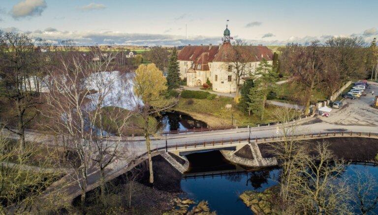 Foto: Jaunpilī izbūvēts valsts ceļu tīklā vienīgais kokbetona konstrukcijas tilts