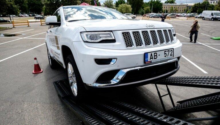 Foto: 'Jeep' apvidnieki Rīgā veiksmīgi izmēģinājuši bezceļu šķēršļu platformu