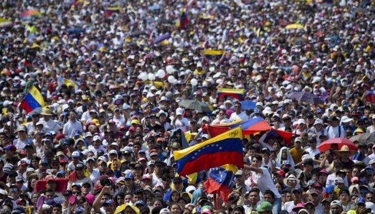 Foto: Desmitiem tūkstošu cilvēku apmeklē Ričarda Brensona Venecuēlas palīdzības koncertu