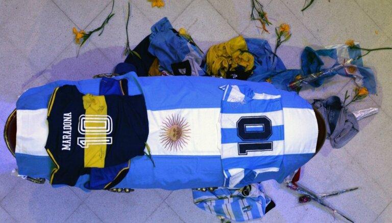 """ФОТО: """"Навсегда в наших сердцах"""". Мир прощается с Диего Марадоной"""