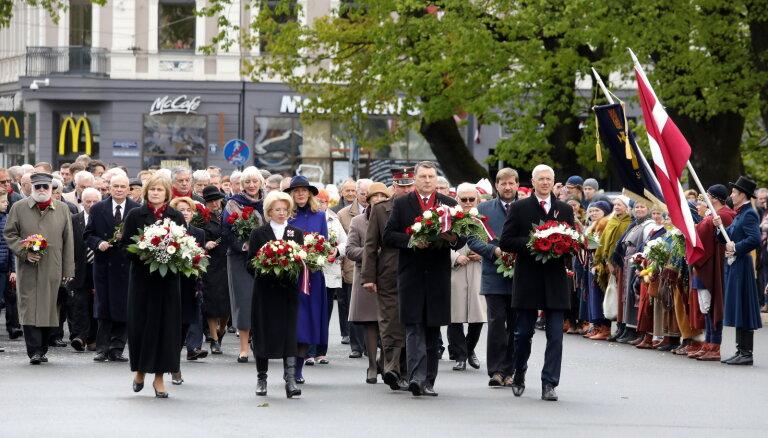 ФОТО: У памятника Свободы прошла церемония возложения цветов