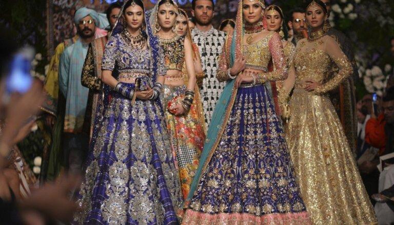 Foto: Krāšņi un tradīcijām bagāti kāzu tērpi Pakistānas modes nedēļā