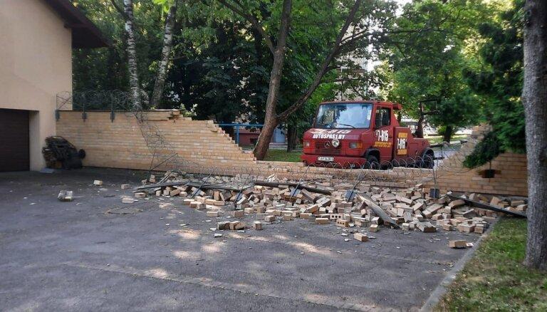 Latvijas vēstniecībā Minskā sienai cauri iztriecas auto evakuators