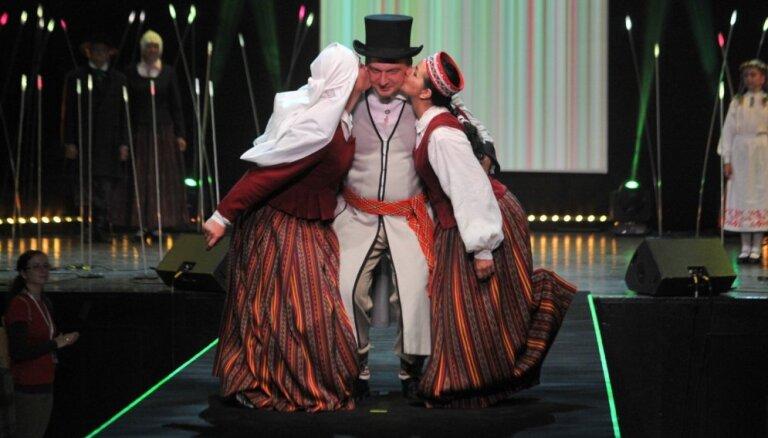 Foto: Viss Latvijas krāšņums vienuviet – aizvadīta tautastērpu skate
