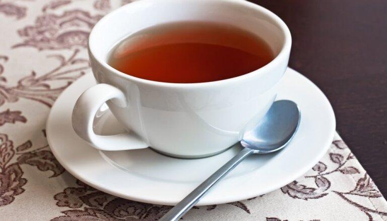 Brūngana krūzes iekšpuse no melnās tējas – kā nomazgāt pleķus