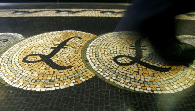 Britu mārciņas vērtība pieaug, akciju cenas Volstrītā krītas