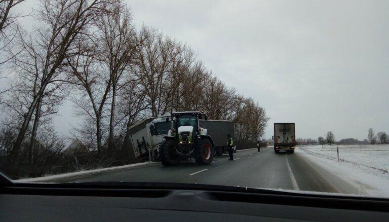 Foto: Pie Iecavas traktors glābj kravas auto