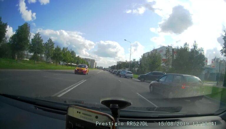 Video: 'Volvo' vadītājs Ulbrokas ielā nepārliecinās par manevra drošību