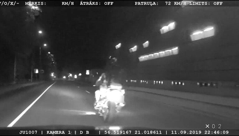 Motociklists Liepājā bez tiesībām un reibumā bēg no policijas