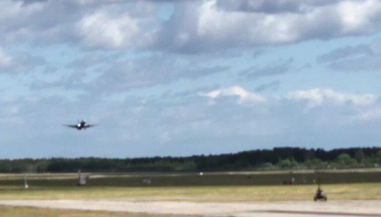 Video: Spēcīgais vējš liedz lidmašīnai nolaisties lidostā 'Rīga'